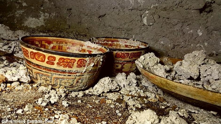 Una imagen cercana de las piezas de cerámica encontradas en una de las dos tumbas. (Foto: Francisco Estrada-Belli)