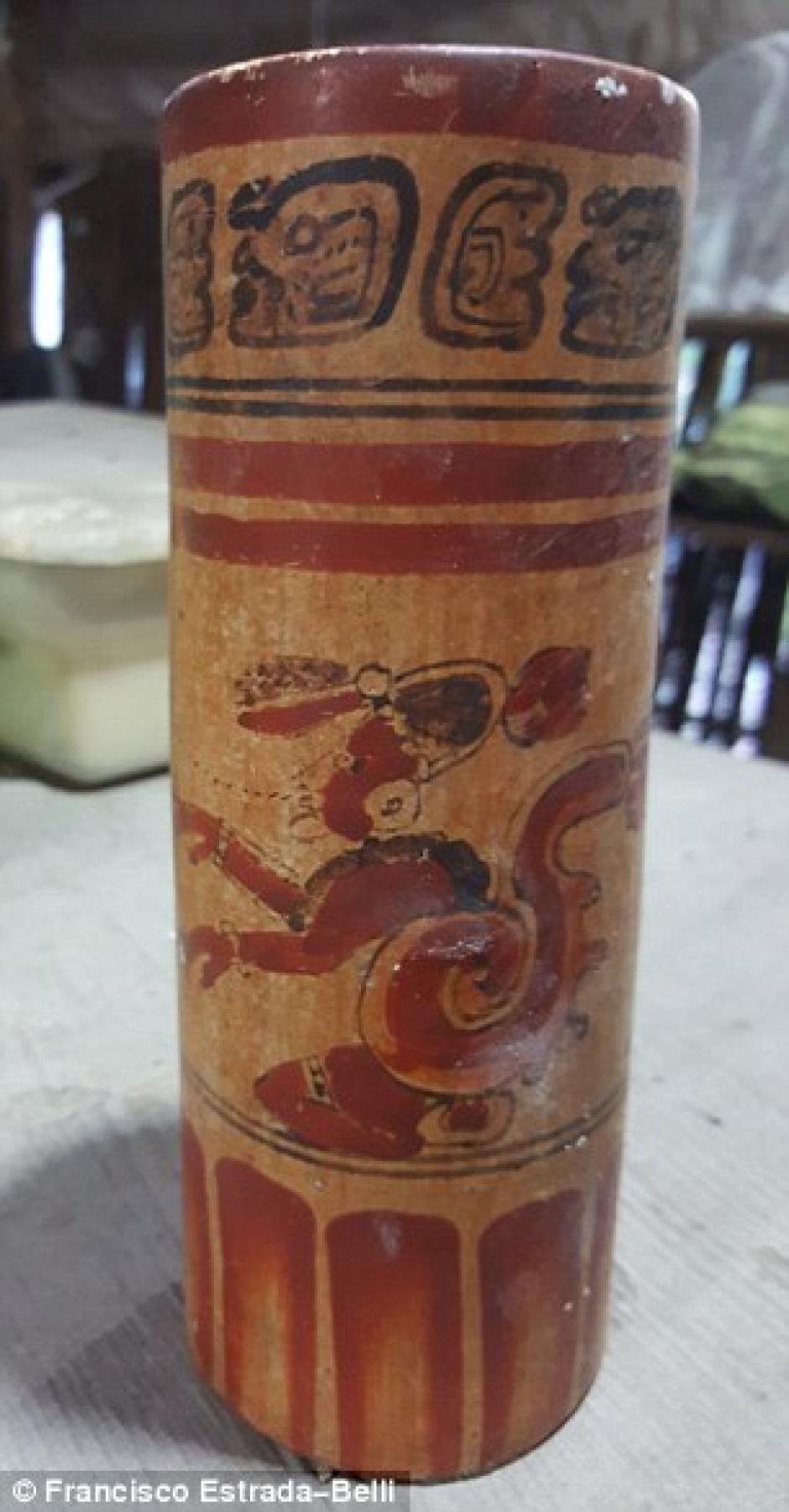 Un jarrón decorado con jeroglíficos, en donde se contempla una imagen del dios del mundo que también fue encontrado junto a restos humanos. (Foto: Francisco Estrada-Belli)