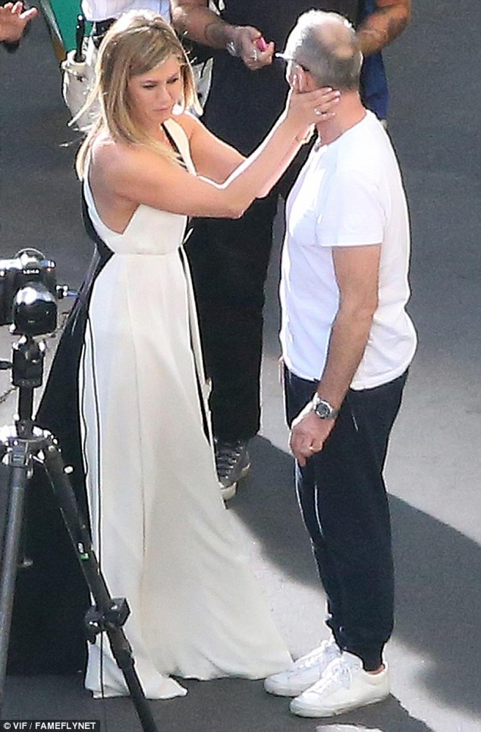 Jennifer tuvo que voltear la cara a su compañero para que no viera de más mientras hablaban de frente. (Foto: dailymail.co.uk)