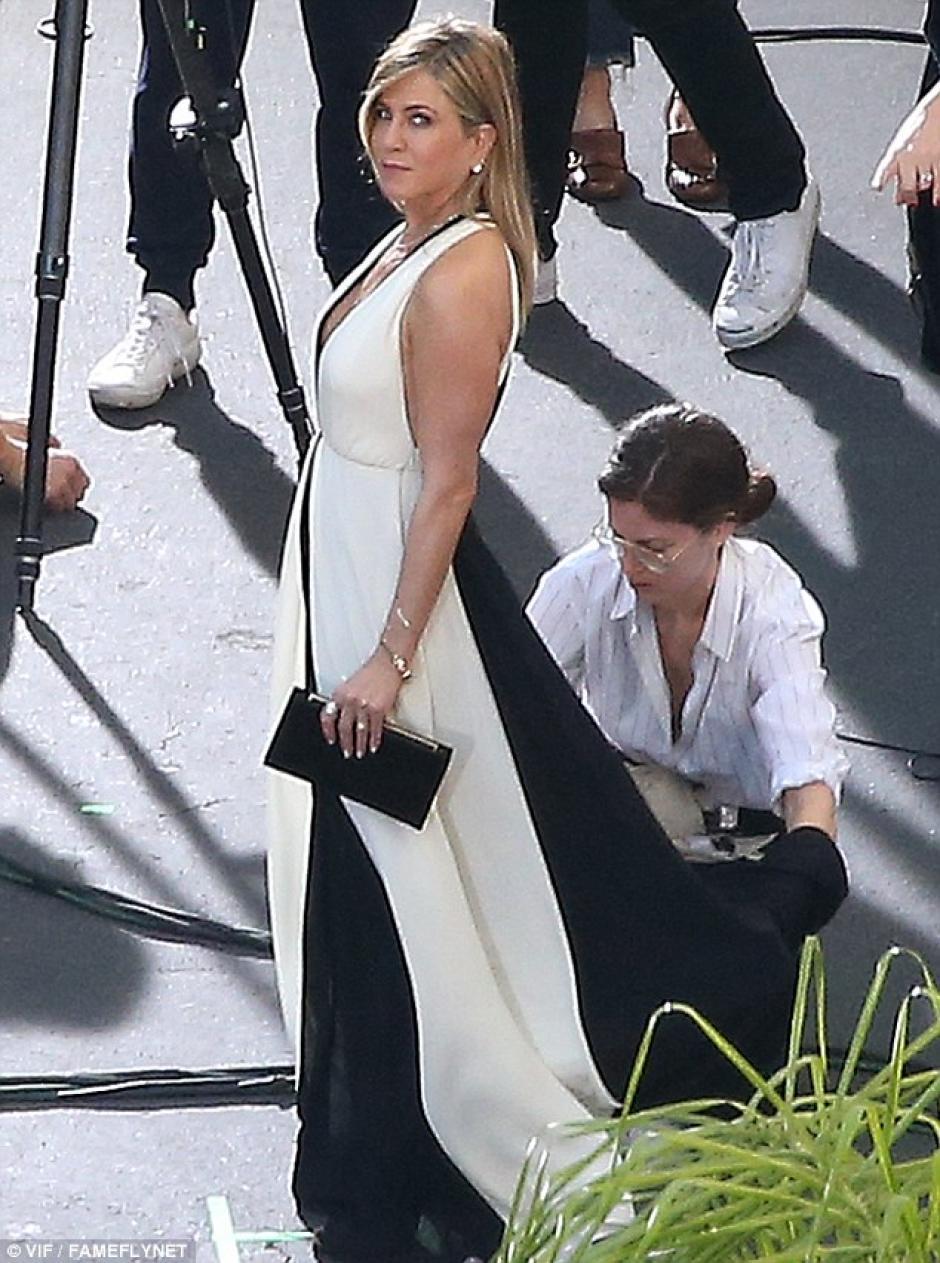 Jennifer lució un escote en la grabación de una campaña en los Universal Studios. (Foto: dailymail.co.uk)