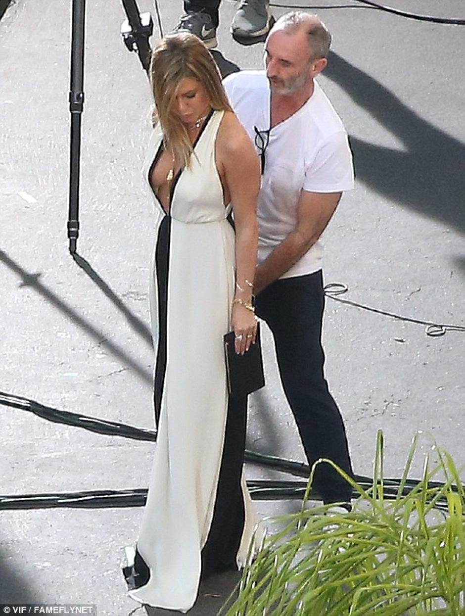 Aniston lució un escote en V que dejó ver sus curvas. (Foto: dailymail.co.uk)