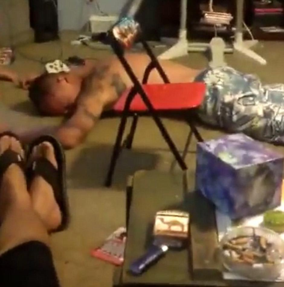 Una mujer filma el episodio y le recrimina al hombre que está borracho. (Imagen: captura de pantalla)