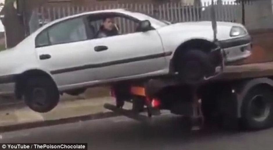 Un hombre irlandés se convirtió en el hazmereír tras intentar de manera fallida rescatar su auto de una grúa