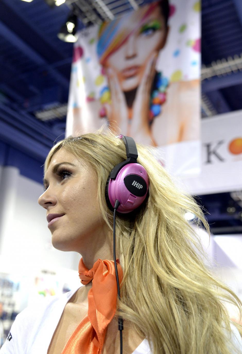 Una mujer utiliza los auriculares iHip en la Feria Internacional CES. (Foto: EFE/Michael Nelson)