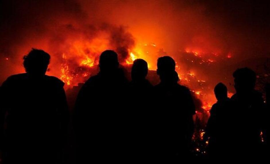 No han informado sobre muertos o heridos producto del fuego, mientras que unas 1.000 personas ya han sido evacuadas a albergues. (Foto: Twitter)