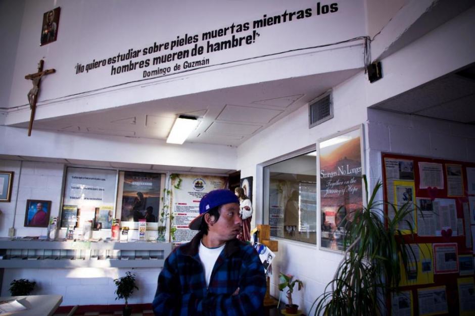 Josué trabaja en la carpintería de un nicaragüense que ofrece ayuda a centroamericanos que llegan deportados a la frontera. (Foto: Univisión)
