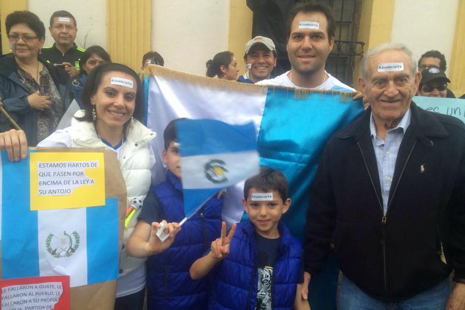 Familias completas dijeron presente en la marcha pacífica del 15A. (Foto: Luis Barrios/Soy502)