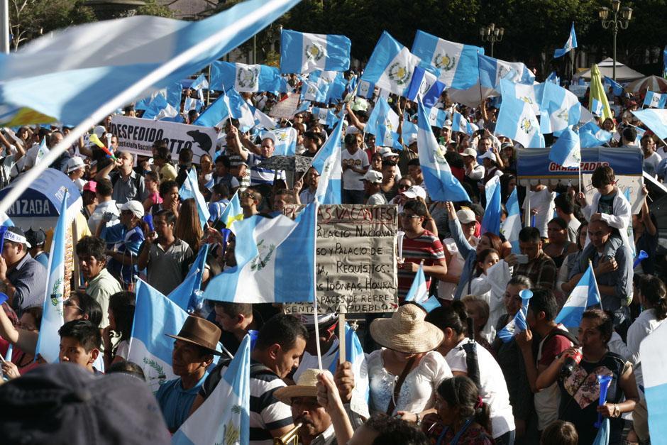 La Plaza de la Constitución se volvió a llenar este sábado de guatemaltecos que pidieron la renuncia del presidente y se congratularon por la decisión del Congreso de recomendar retirar la inmunidad a Pérez Molina. (Foto: José Dávila/Soy502)