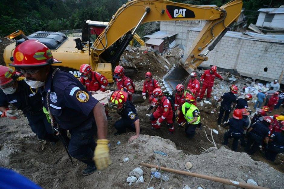 Rescatistas del Cuerpo de Bomberos Municipales durante el traslado de una de las víctimas. (Foto: Soy502/Wilder López)