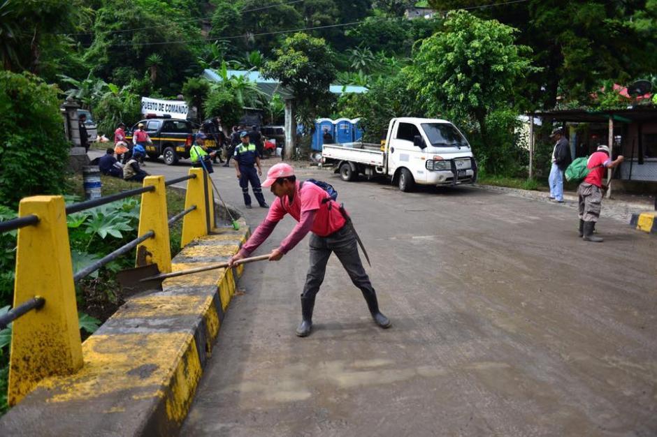 Un equipo de la municipalidad de Santa Catarina Pinula limpia el paso hacia el lugar de la tragedia, sobre el puente del río Pinula. (Foto: Soy502/Jesús Alfonso)
