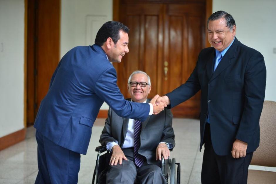 El recién electo presidente de Guatemala Jimmy Morales (izquierda), saluda al actual vicepresidente Juan Alfonso Fuentes Soria, ante la mirada del actual presidente Alejandro Maldonado Aguirre. (Foto: Jesús Alfonso/Soy502)s