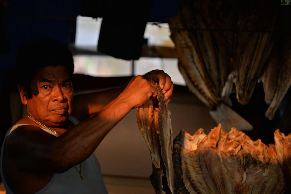 Un vendedor coloca el pescado seco en su local. (Foto: Wilder López/Soy502)