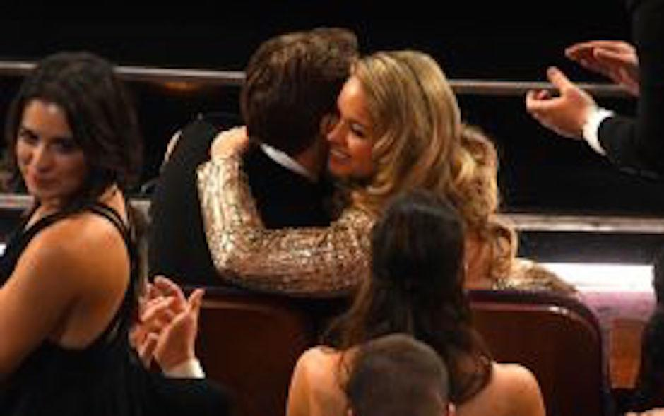La bella mujer pasó abrazando a Gosling una buena parte del evento. (Foto: analitica.com)