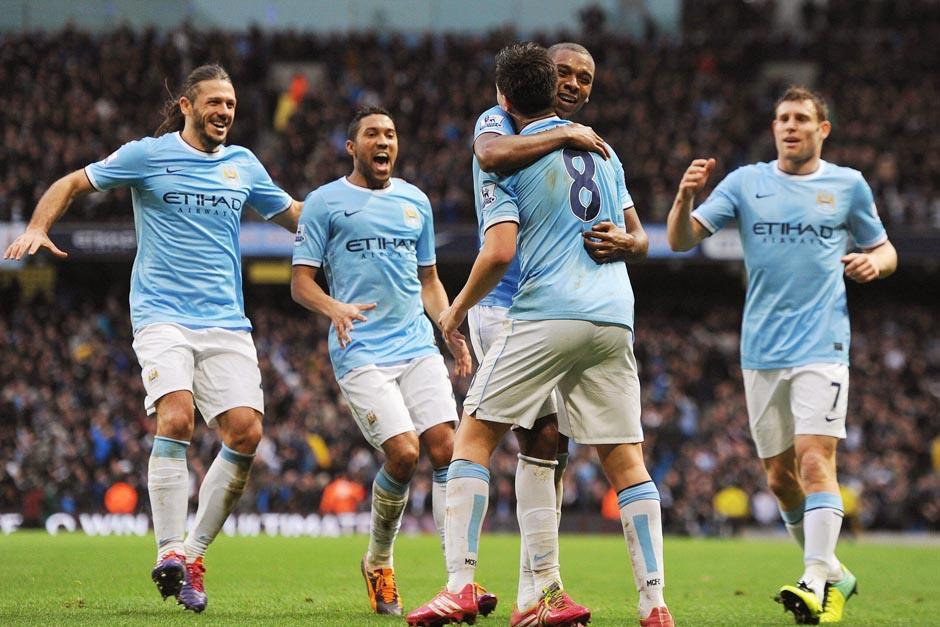 Los jugadores del City celebran el 5-2 anotado por Fernandinho. (Foto: Peter Powell/EFE)