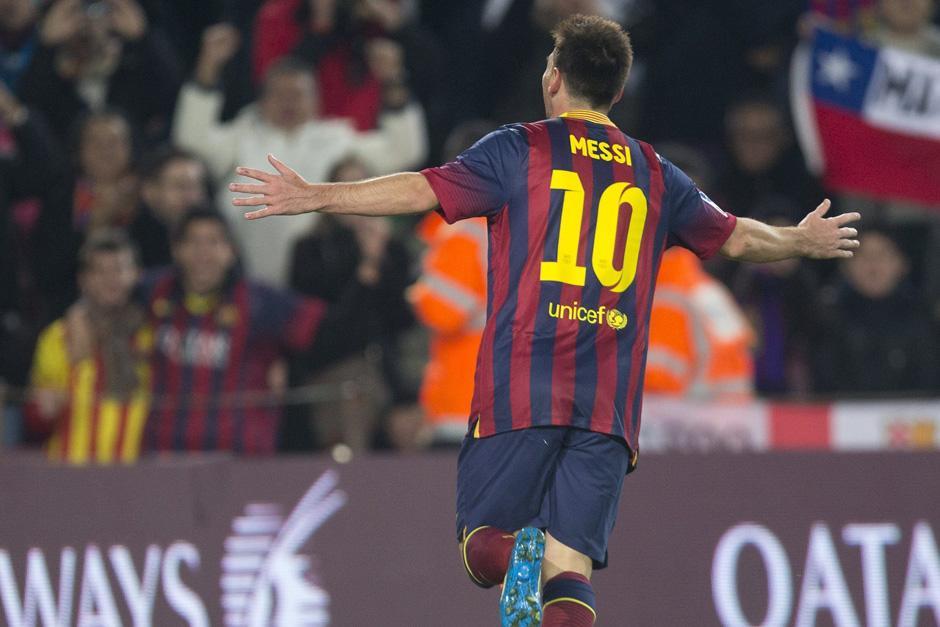 Al minuto 93 Lionel Messi celebró con todo el doblete que marcó su regreso triunfal a las canchas. (Foto: Alejandro García/EFE)