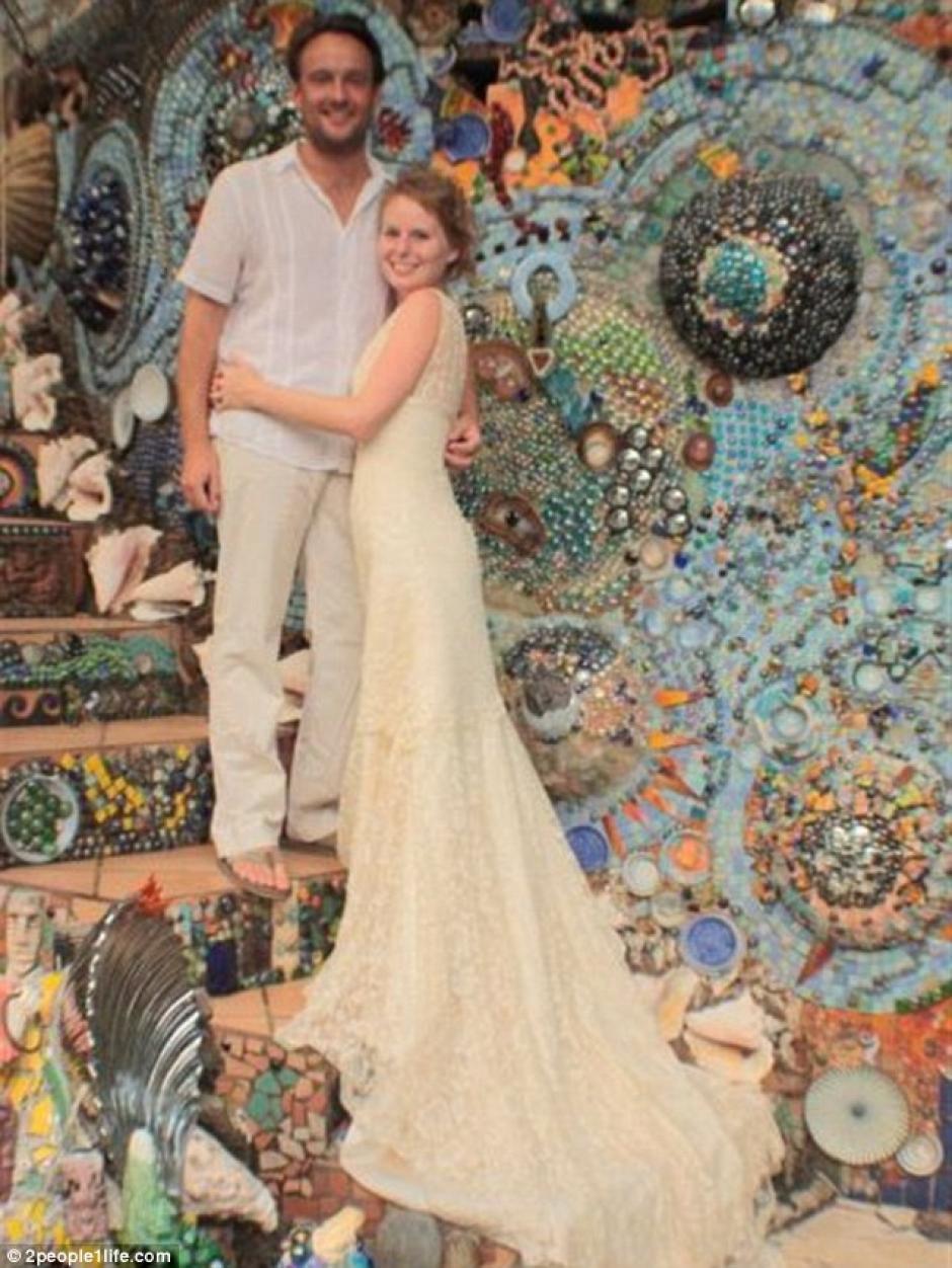 En un paraíso mágico, lleno de mármoles de cristal, piedras de colores y cerámica, otra de sus bodas se celebró en Útila, Honduras.