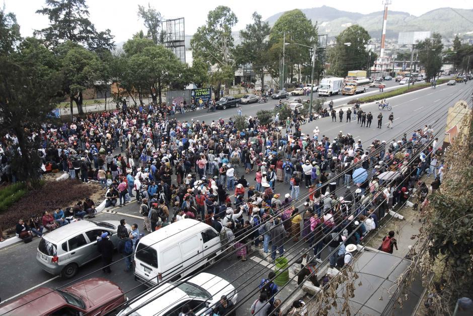 Escasa presencia policial en la calzada Roosvelt, no se ha dado la orden de desalojo. Foto: Jesús Alfonso/Soy502