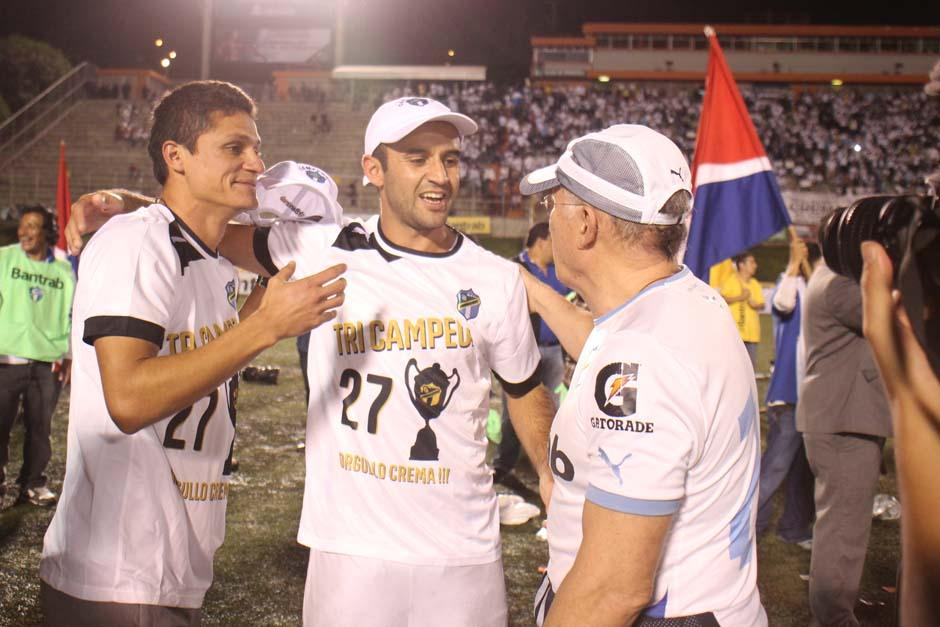 José Manuel Contreras festeja el tricampeonato crema. (Foto: José Dávila/Soy502)