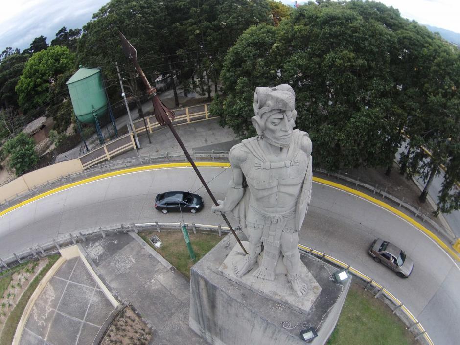El pecho de la escultura de Tecún Umán, obra de Roberto González Goyri, tiene rajaduras. (Foto: Nuestro Diario/Deccio Serrano)