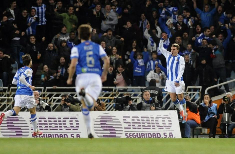 Griezmann celebra tras haber anotado el 2-1 a favor de la Real Sociedad. (Foto: AFP)