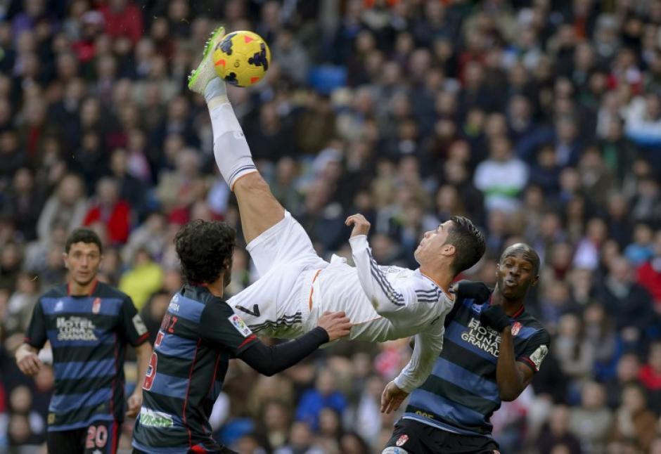 Una chilena que no se convirtió en gol en un encuentro ante el Granada en el Bernabéu. (Foto: AFP)