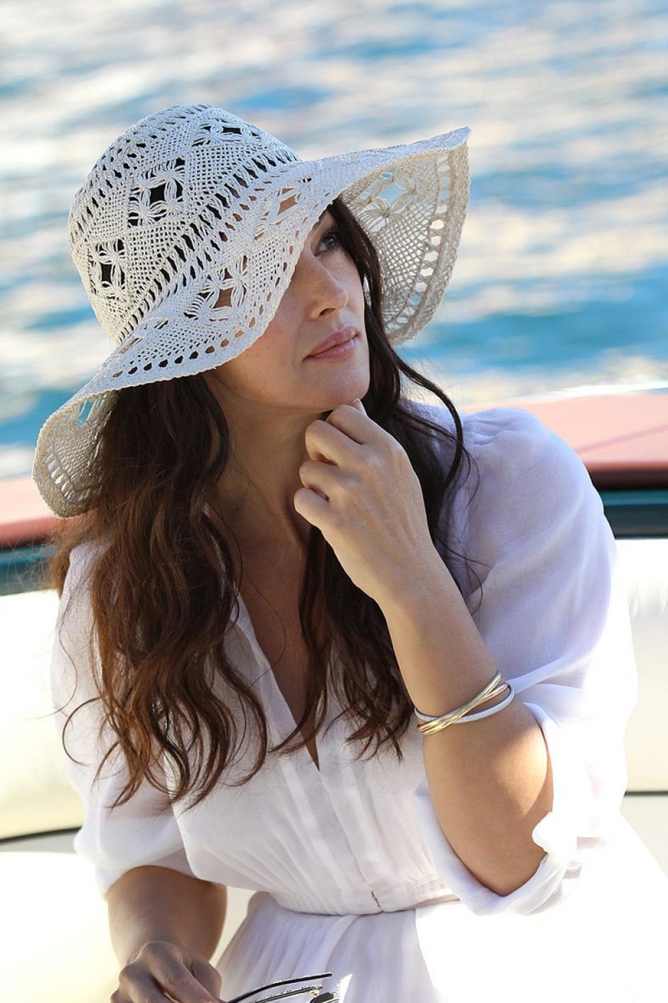 Se sugiere optar por sombreros de 5 a 7 cm de ala para proteger tu rostro, cuello y orejas. Los anteojos de sol envolventes protegen no sólo tus ojos sino también la delicada piel alrededor de ellos.