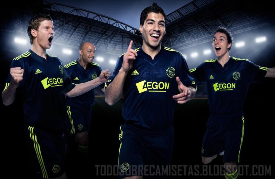 Suárez luce la camiseta del Ajax, cuyo escudo ocupa la posición tres. (Foto: todosobrecamisetas.com)