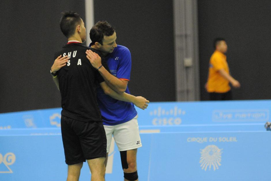 Cordón consuela a su rival, el estadounidense Howard Shu, a quien venció en semifinales. (Foto: Pedro Mijangos/Soy502)