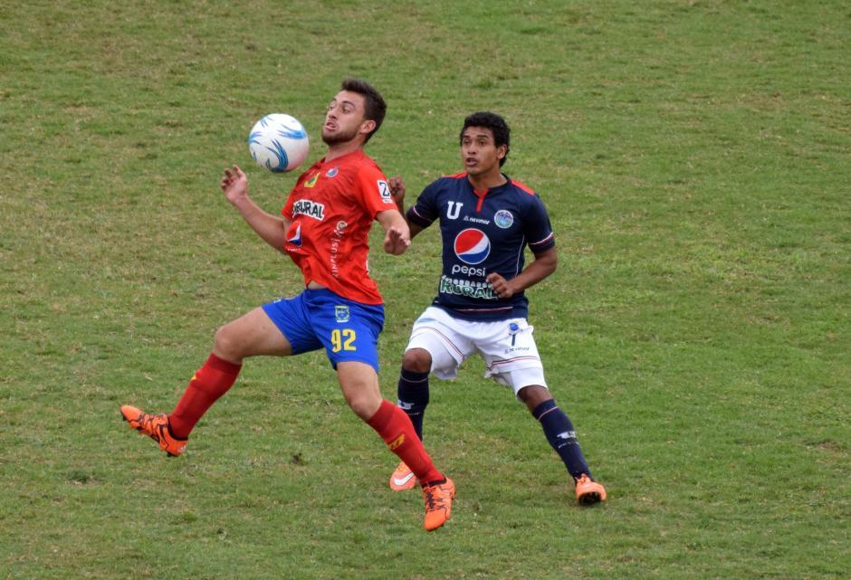Henry López domina el balón ante la marca de Fredy Ruano; en el partido entre Universidad y Municipal. (Foto: Nuestro Diario)