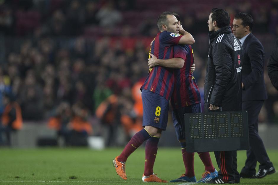 El público barcelonista esperó casi dos meses por este momento, Messi entra de regreso a la cancha del Camp Nou tras recuperarse de una lesión. (Foto: Alejandro García/EFE)
