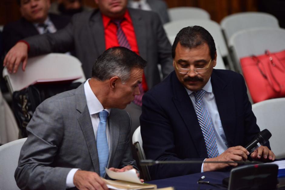 Juan de Dios Rodríguez conversa con su abogado defensor, César Calderón. (Foto: Jesús Alfonso/Soy502)
