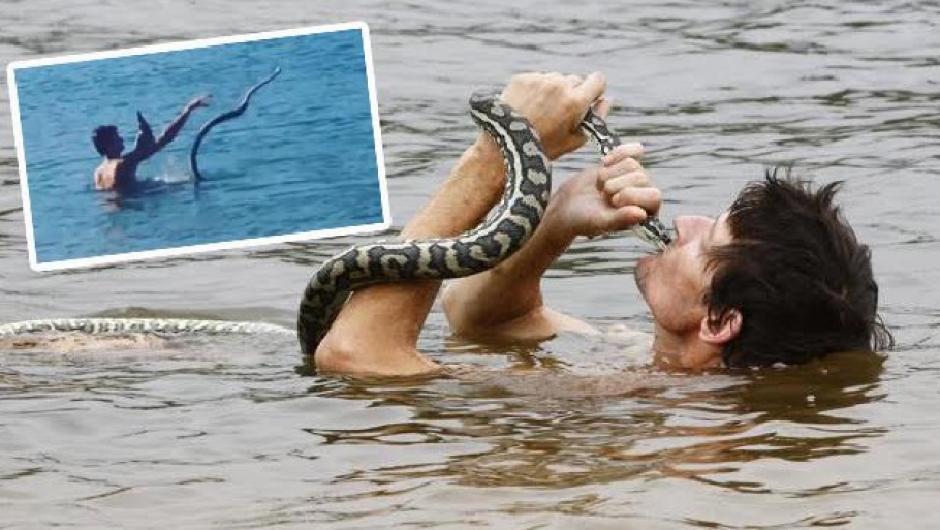 Steven Brimelow juega con una serpiente pitón en el agua. (Foto: couriermail)