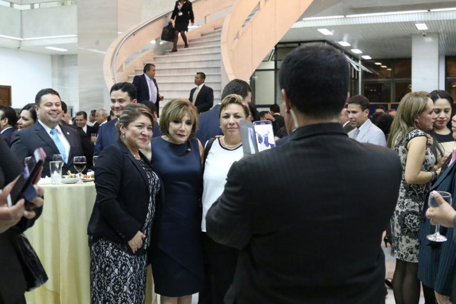 La presidenta de la CSJ Silvia Valdés también fue muy solicitada para las fotografías. (Foto: Alejandro Balán/Soy502)