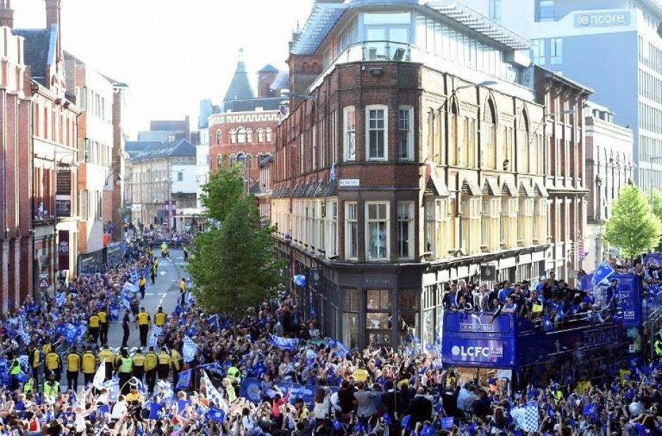 Miles de personas festejaron a los campeones de Premier League. (Foto: AFP)