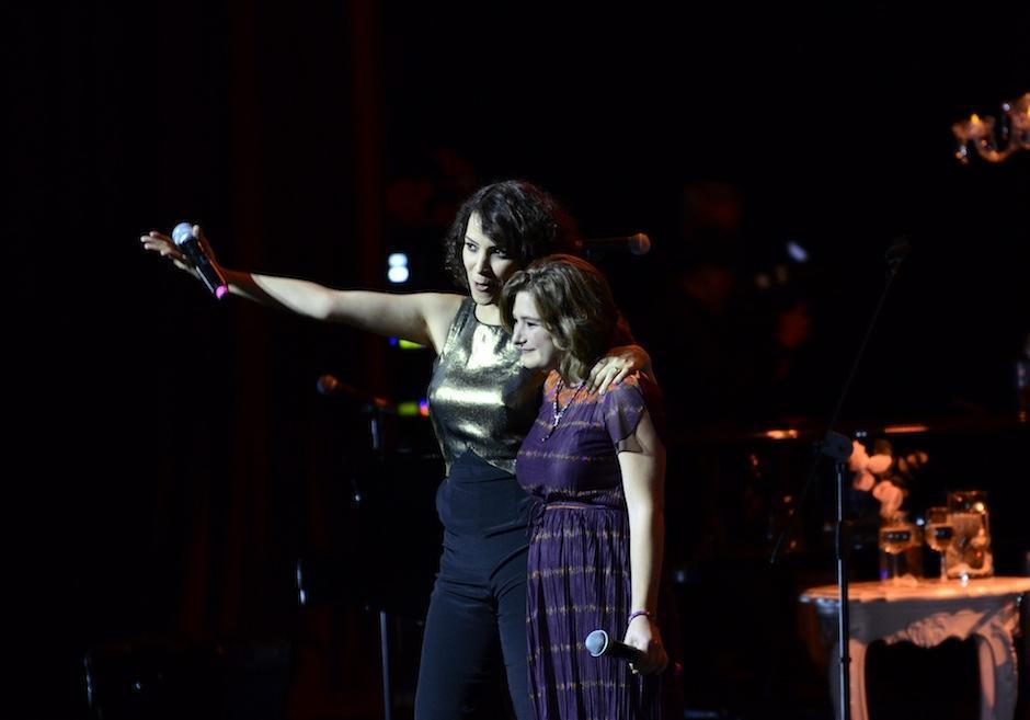 """Dominique junto a Gaby interpretaron """"Aux Champs Elysées"""". (Foto: Selene Mejía/Soy502)"""