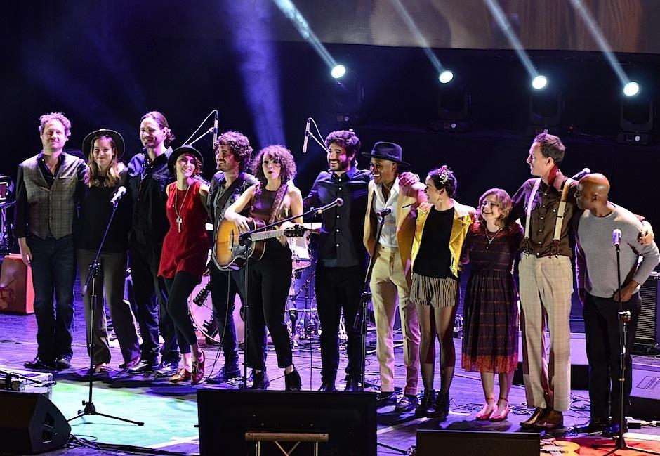 """Los músicos se despidieron interpretando """"With a little help from my friends"""" de la mítica banda The Beatles. Foto: Selene Mejía/Soy502)"""