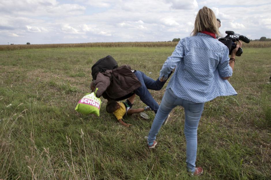 Osama Abdul Mohsen trataba de escapar de una redada policial cuando fue golpeado por una periodista húngara. (Foto: Infobae)