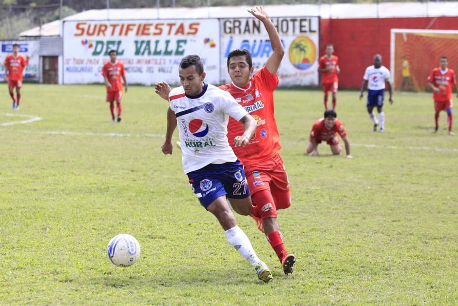 Jaime Vides disputa el balón con Erick Martínez de los Halcones FC