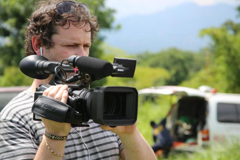 Mathew Charles durante la filmación en El Salvador. (Foto: Guerrilla Pictures/Facebook)