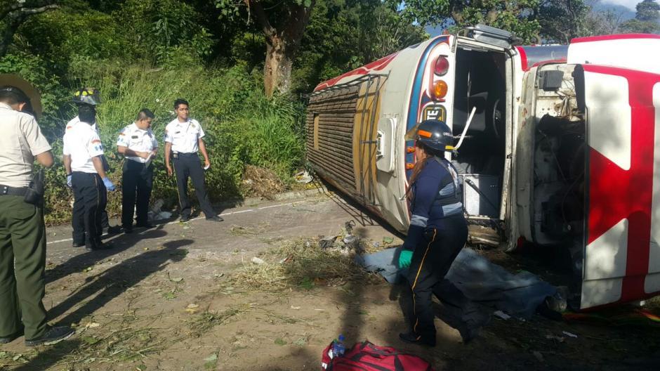 El bus de los transportes Aurora volcó en la entrada a San Vicente Pacaya. (Foto: Bonberos Voluntarios)