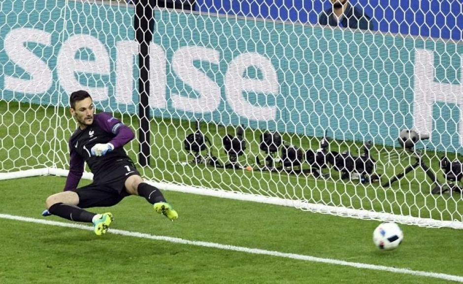 El portero francés no pudo detener el remate de Stancu. (Foto: AFP)
