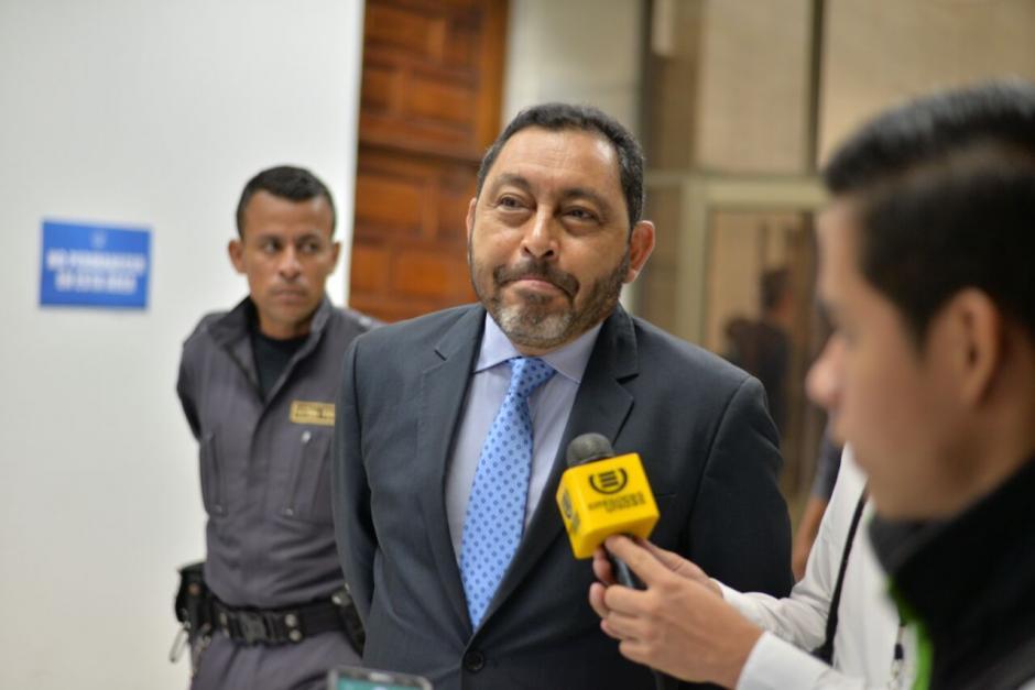 El exministro de Gobernación Mauricio López Bonilla llega a tribunales para continuación de audiencia.  (Foto: Wilder López/Soy502)