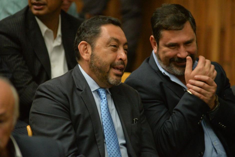 El exministro de Gobernación Mauricio López Bonilla habla con el exministro de Defensa Ulises Anzueto. (Foto: Wilder López/Soy502)