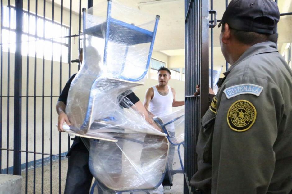 """Un grupo de reos de la cárcel de """"alta peligrosidad"""" Fraijanes 1, entregaron una donación de escritorios a una escuela en Mixco. (Foto: Sistema Penitenciario)"""