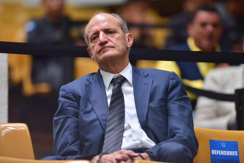 El exgerente del Banco G&T Continental, Flavio Monetengro, esperó solo el inicio de la audiencia. (Foto: Jesús Alfonso/Soy502)