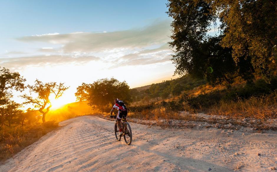 La prueba de relevo por equipos y sin descansos más larga y dura del mundo, que une ambas capitales europeas, fue el detonante de un desafío que retó a los 130 equipos participantes a pedalear día y noche hasta recorrer los 774 kilómetros subidos en una bicicleta de montaña.