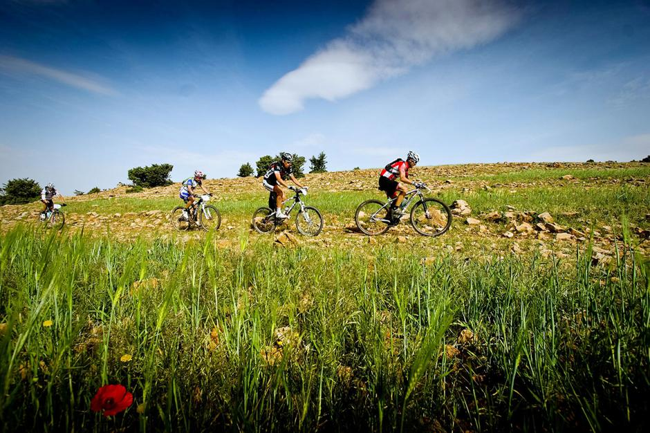 Los ciclistas se guiaron por dispositivos GPS para afrontar los duros caminos de arena y arcilla, carreteras asfaltadas y pistas forestales.