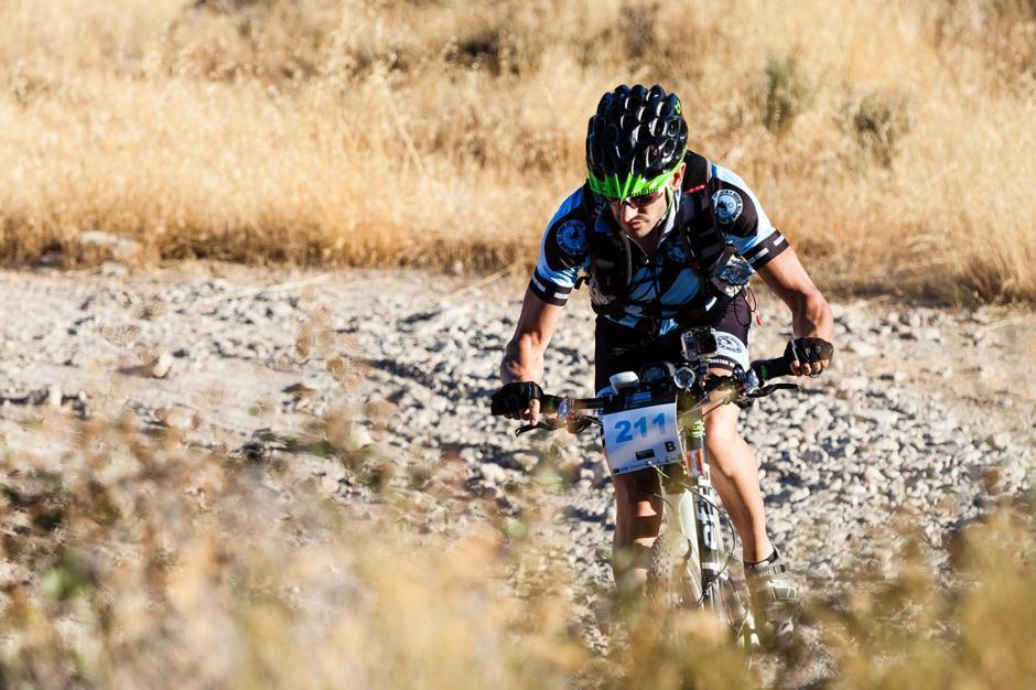 El colombiano Robinson MartÌnez Hinestrosa, a quien a la edad de cinco años le fue amputada una de sus piernas como consecuencia de la mordedura de una serpiente, completó la prueba pedaleando tan sólo con una de ellas en una demostración de superación y compromiso con este deporte.