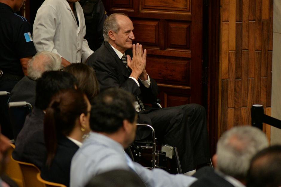 Flavio Montenegro, exgerente del banco G&T llegó en silla de ruedas a escuchar la resolución. (Foto: Wilder López/Soy502)