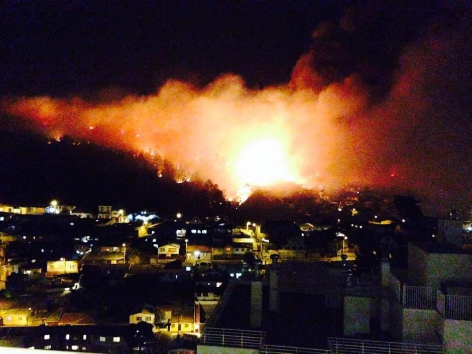 El incendió provocó la suspensión del servicio de agua potable y cortes de energía eléctrica en varios barrios de esta ciudad de unos 270.000 habitantes. (Foto: Twitter)